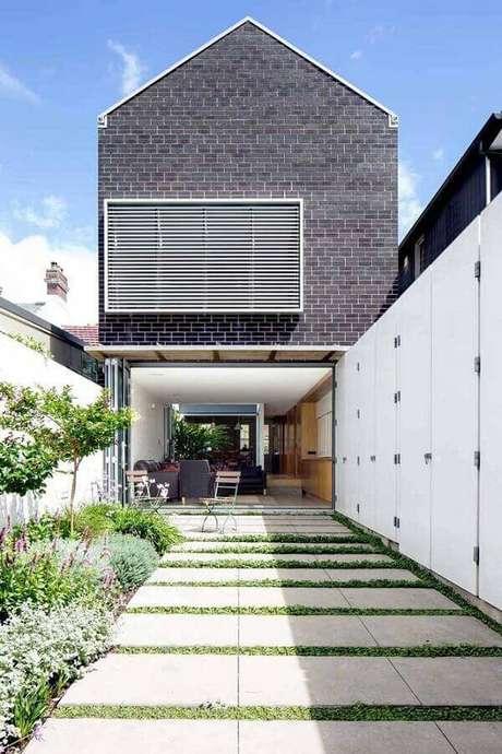 26. Entrada de casa com jardim lateral – Foto: Kreis Grennan Architecture