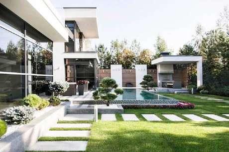 27. Jardim residencial moderno decorado com piscina – Foto: Wood Save