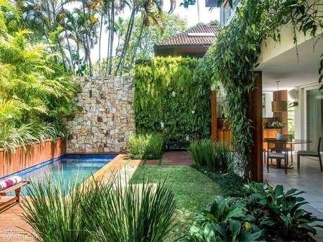 30. Decoração para área gourmet com piscina e jardim residencial com várias plantas – Foto: Detalhes do Céu
