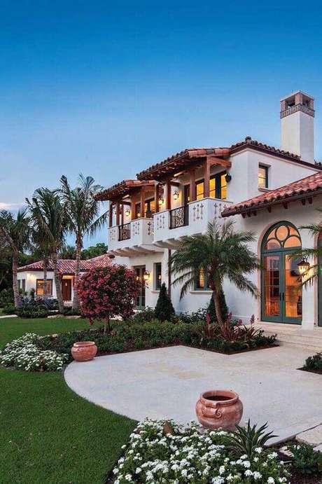 31. Casa grande decorada com jardim residencial grande – Foto: Pinterest