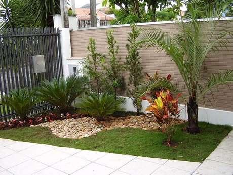 32. Projeto de jardim residencial pequeno decorado com pedras – Foto: Decorando Casas