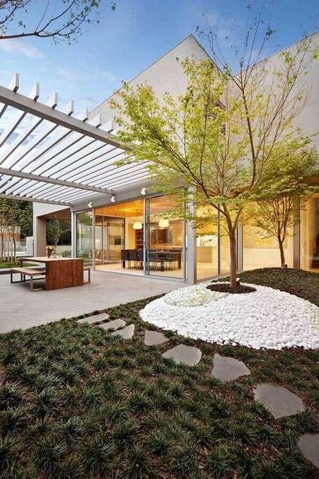 jardim residencial simples decorado com pedras brancas Foto Assetproject