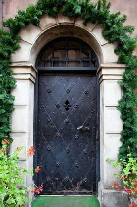 19. Modelo antigo de porta de ferro – Foto: Pinterest