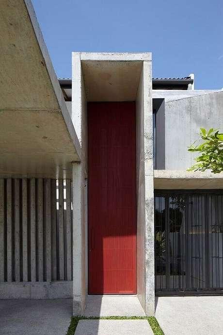 21. Modelo de porta de ferro bem alta para fachada moderna – Foto: Architizer
