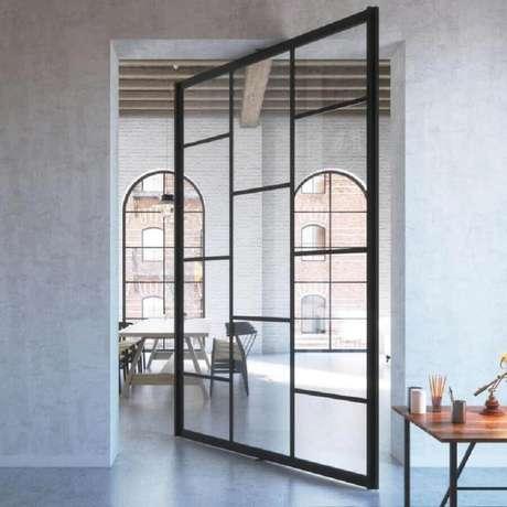 22. Modelo de porta de ferro com vidro pivotante – Foto: Pinterest