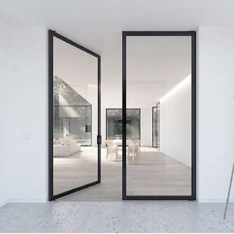 24. Modelo minimalista de porta de ferro com vidro para área interna – Foto: Pinterest