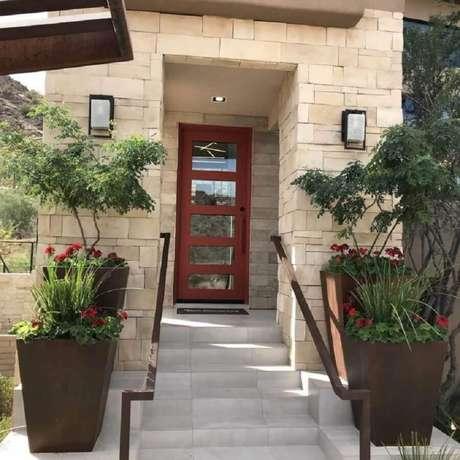25. Modelo simples de porta de ferro com vidro para entrada de casa – Foto: Tanner Garner