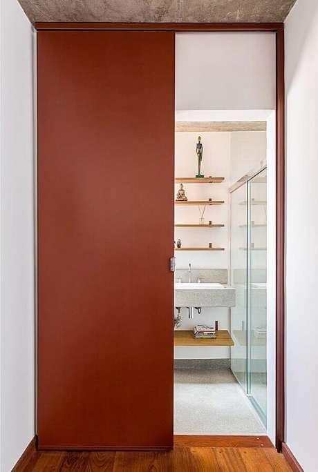 26. Modelo simples de porta de ferro de corre pintada de terracota – Foto: Cacho Arquitetura