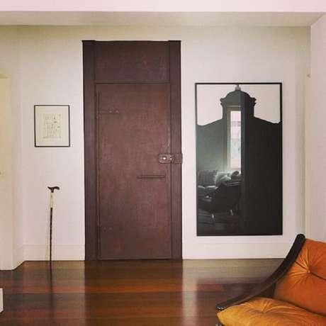 27. Decoração simples com porta de ferro antiga – Foto: Marcela Pepe Interiores