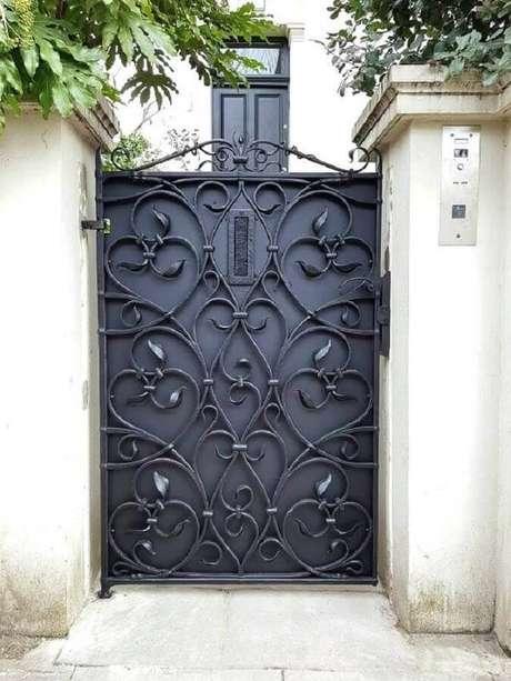 28. Modelo de porta de ferro com grade em arabescos – Foto: Revista VD