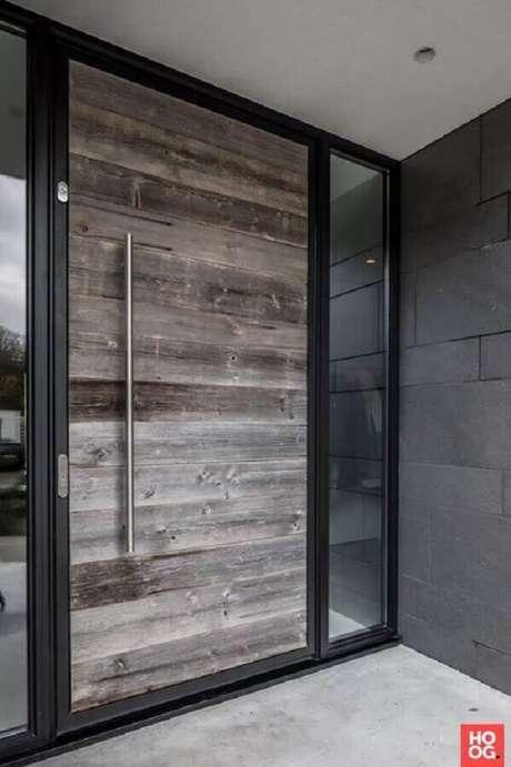 29. Modelo de porta de ferro com madeira – Foto: Decoração de Casa