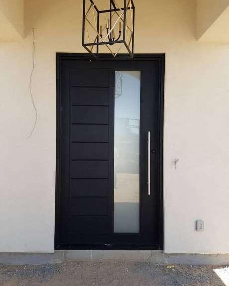 35. Porta de ferro com vidro na parte lateral – Foto: Signature Iron Doors