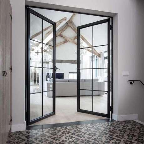 36. Porta de ferro para sala ampla e clean – Foto: Obly