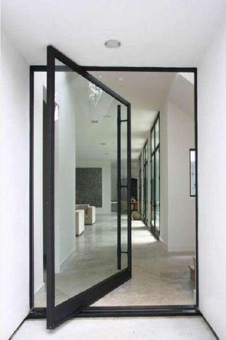 37. Modelo de porta pivotante de ferro com vidro – Foto: Tanner Garner
