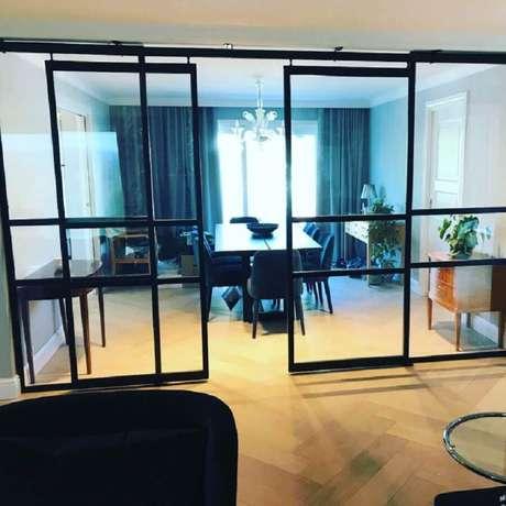 39. Porta de ferro de correr com vidro para divisão de sala de jantar – Foto: Metal Form