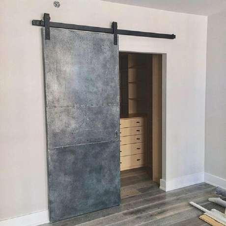 40. Modelo simples de porta de ferro de correr – Foto: Loft Doors