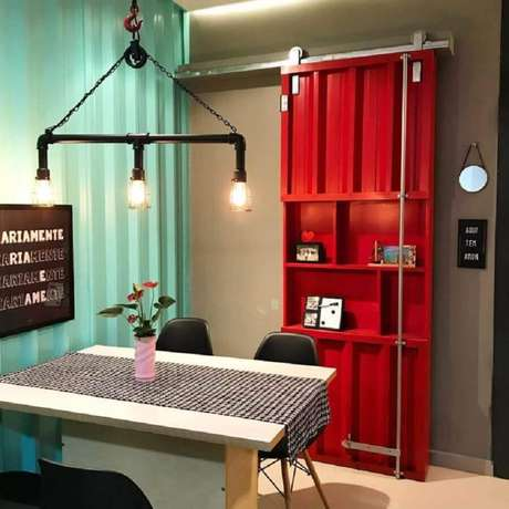 44. Porta de ferro de correr pintada de vermelho – Foto: A Casa do Beto