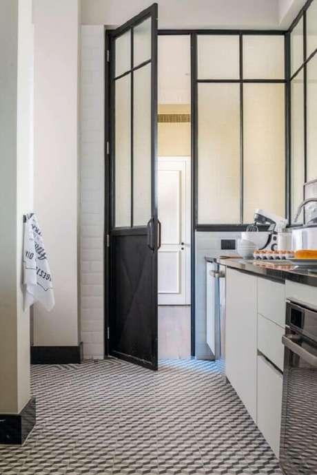 47. Porta de ferro para cozinha preta e branca – Foto: Casa e Jardim