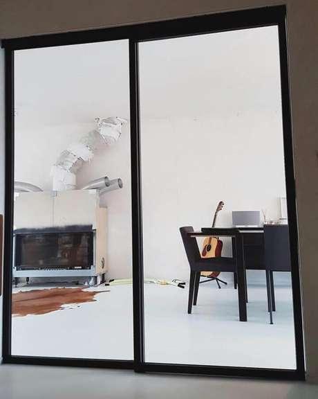49. Modelo de porta de ferro para sala – Foto: Pinterest