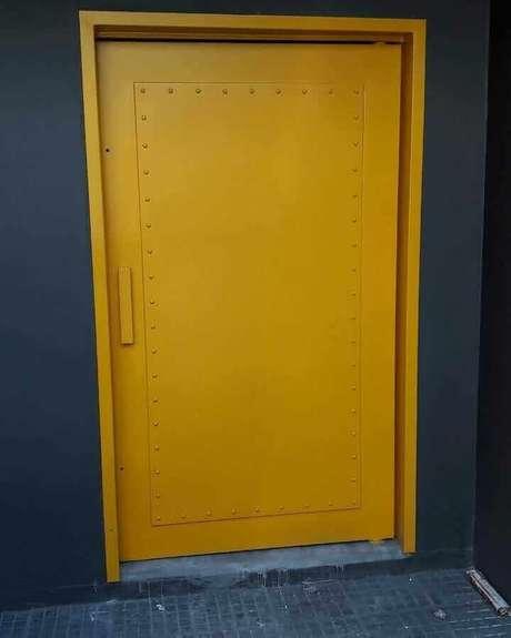 50. Porta de ferro pintada de amarelo – Foto: Eng. Evandro Carvalho