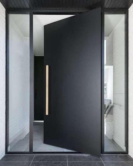 51. Porta pivotante de ferro com vidros na parte lateral – Foto: HOOG.design