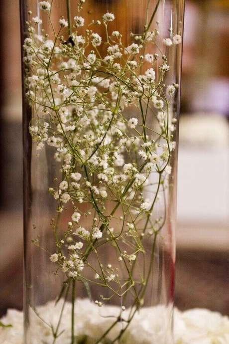 53. As flores mosquitinho foram colocadas dentro do pote de vidro. Fonte: Lejour