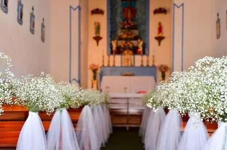 52. Decoração simples para a entrada da noiva na igreja. Fonte: Casando Sem Grana