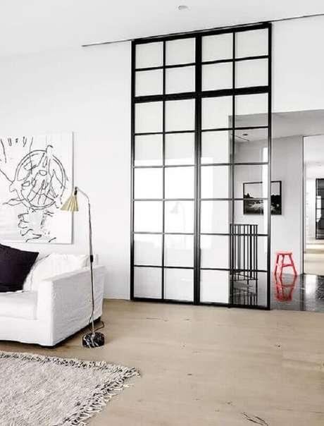 53. Sala toda branca decorada com porta de ferro com vidro de correr – Foto: Zozu