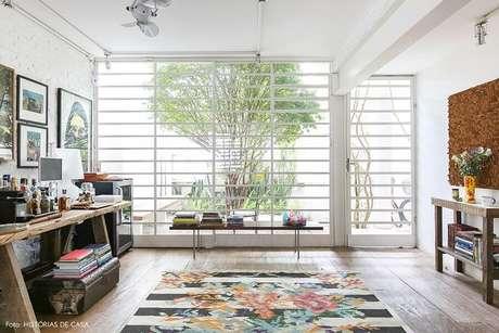 54. Sala simples decorada com porta de ferro com vidro pintada de branco – Foto: Manual da Obra