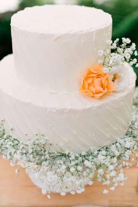 54. Bolo simples de dois andares decorada com flor mosquitinho. Fonte: Organizando Meu Casamento