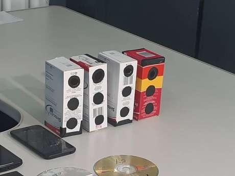Segundo investigação, professor usava caixas de remédio furadas para fotografar alunas