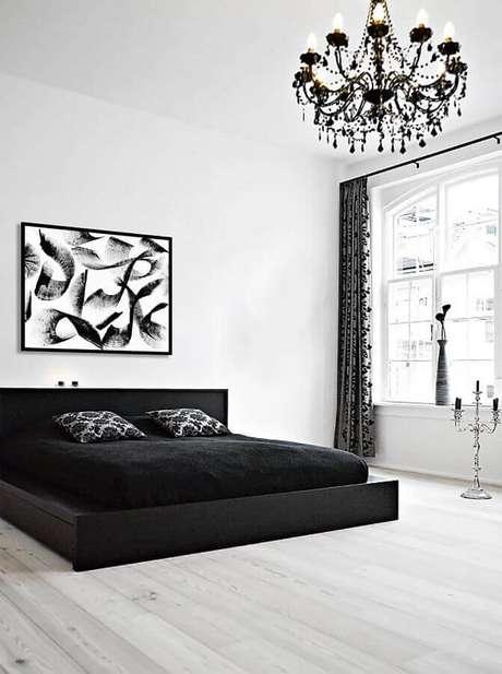 11. Quarto preto e branco decorado com lustre candelabro e cama japonesa – Foto: DegreeArt