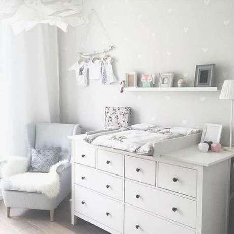 12. Cômoda para quarto de bebê branco decorado com papel de parede de corações – Foto: Pinosy