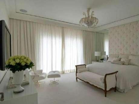 13. Decoração clássica para quarto branco com cabeceira capitonê estofada – Foto: Roberto Migotto