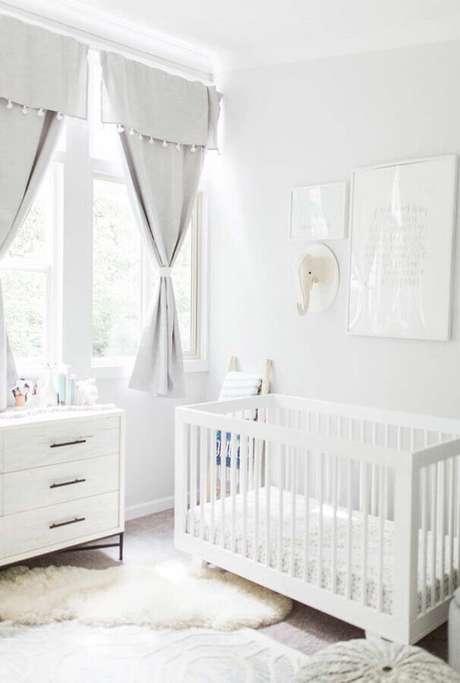 7. Invista em elementos aconchegante como tapete felpudo para a decoração do quarto de bebê branco – Foto: Ideias Decor