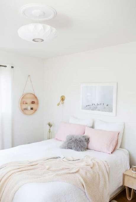 16. Decoração delicada para quarto branco com nicho redondo de madeira – Foto: NordDeco