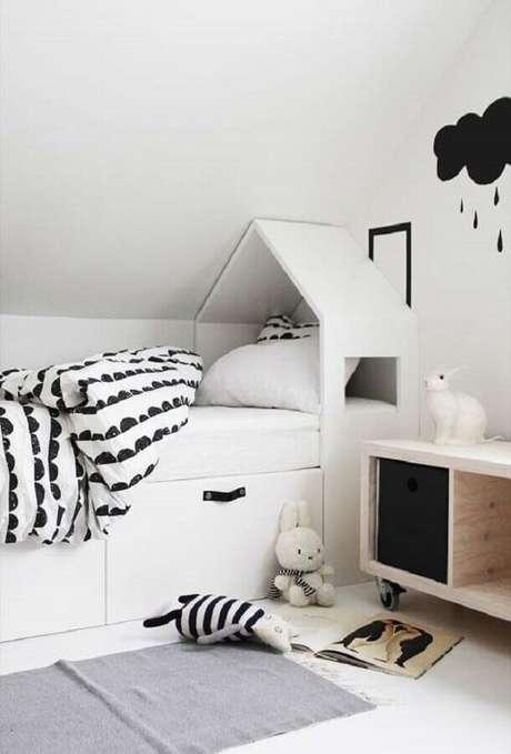 17. Decoração lúdica para quarto branco infantil – Foto: Behance