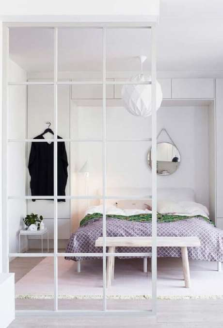 18. Decoração minimalista para quarto branco com espelho redondo – Foto: Neu dekoration stile
