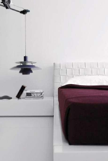21. Decoração moderna para quarto branco de casal – Foto: Home and Delicious