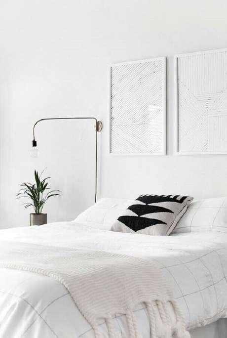 26. Quarto branco de casal com decoração clean – Foto: HomeyLife