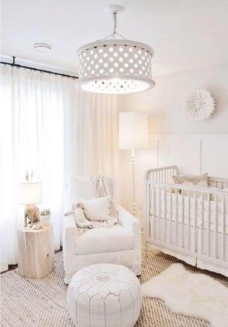 30. Quarto de bebê branco decorado com dois modelos de tapete e poltrona de amamentação – Foto: DigsDigs