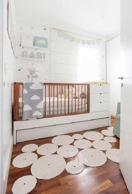 32. Decoração para quarto de bebê branco com tapete diferente – Foto: Neu dekoration stile