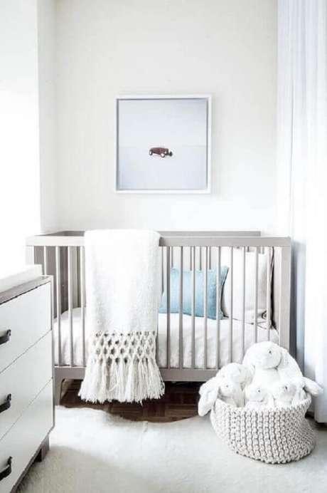 33. Decoração para quarto de bebê branco pequeno – Foto: Tyken Design