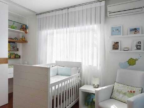 36. Decoração simples para quarto de bebê branco – Foto: Letícia Araujo