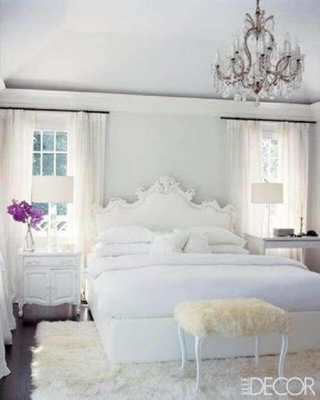 38. Decoração romântica para quarto branco com tapete felpudo e lustre de cristal – Foto: Elle Decor