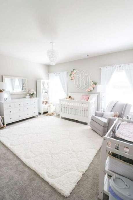 39. Decoração romântica para quarto de bebê branco amplo – Foto: Morgan Bullard