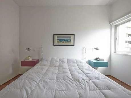 42. Decoração simples para quarto branco com criado mudo rosa e criado mudo azul – Foto: Sub.Estúdio