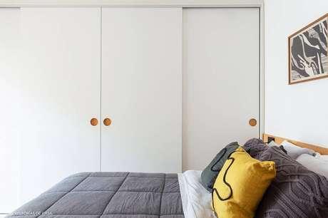 43. Decoração simples para quarto branco com guarda roupa planejado – Foto: Histórias de Casa