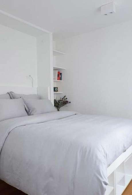41. Decoração simples para quarto branco planejado – Foto: Pinterest