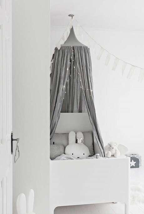 45. Delicada decoração para quarto de bebê branco com dossel cinza – Foto: Pinterest
